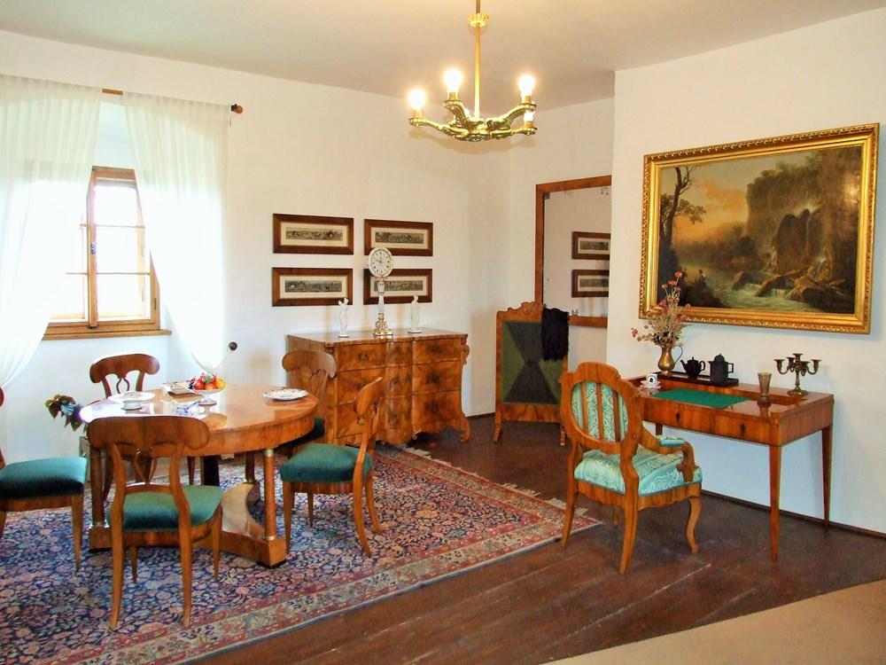 Popis: Společenský salon náchodského zámku.