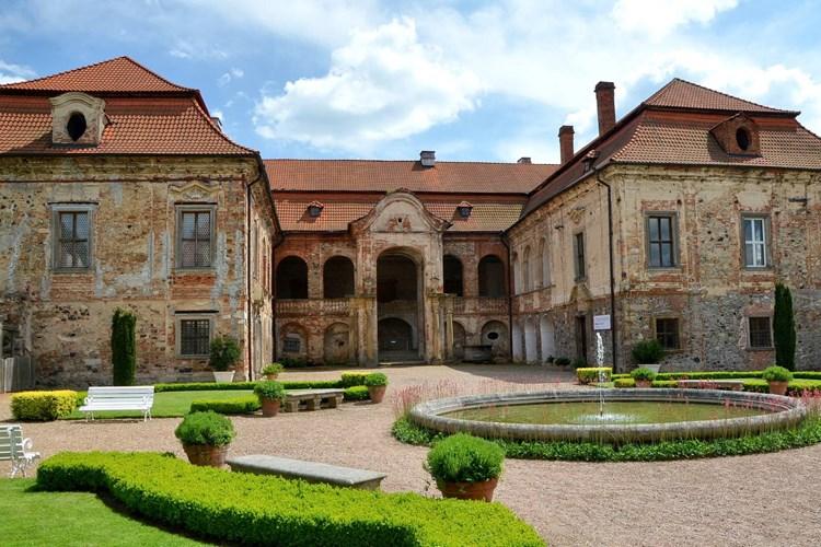 Zámek Nebílovy. To je barokní vídeňský palác v prostředí českého venkova