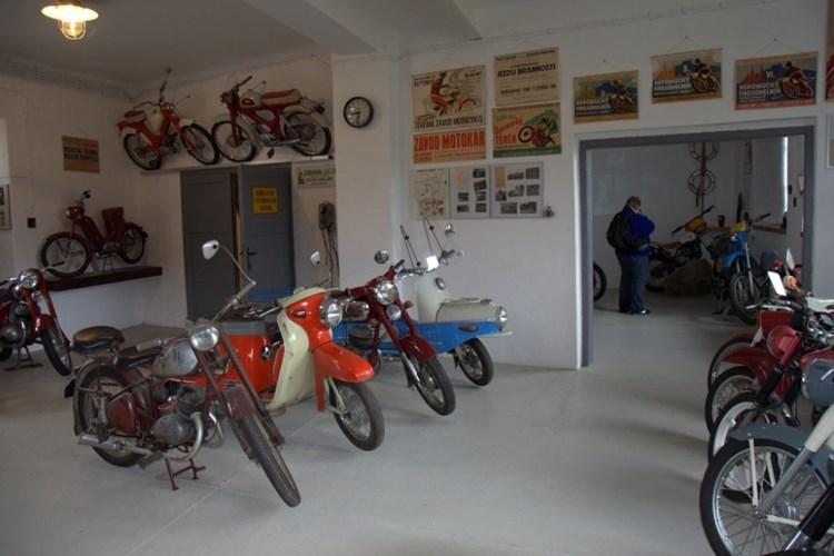 Expozice veteránů ukazuje předválečné i poválečné motocykly