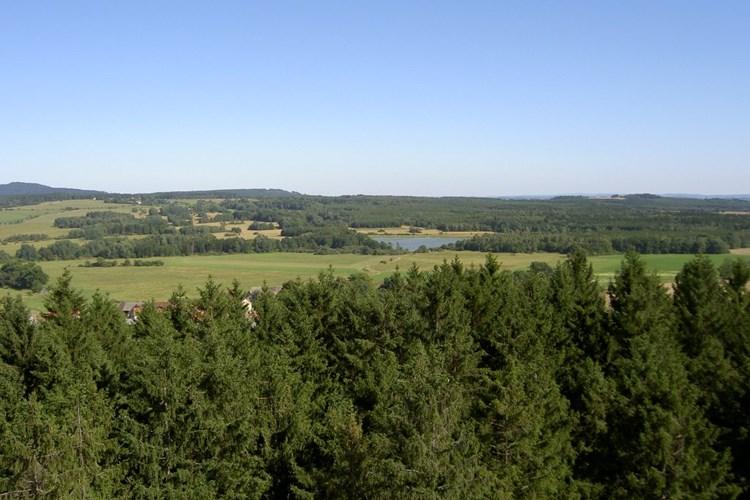 Rozhledna Na Skále nabízí výhled na Krušné a Doupovské hory, Český les či Šumavu