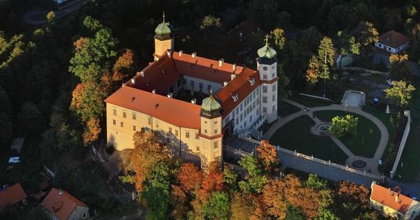 Na zámku poznáte, jak bydlela drobná šlechta na počátku 20. století. Děti potěší pohádkové prohlídky