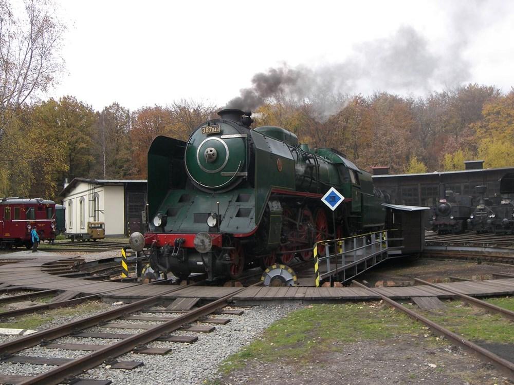 Popis: V ČD Muzeu v Lužné u Rakovníka můžete obdivovat přes třicet parních lokomotiv.