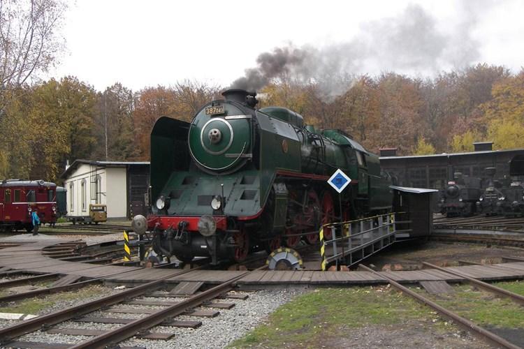 V ČD Muzeu uvidíte přes třicet parních lokomotiv. Konají se tu i jízdy nostalgických vlaků