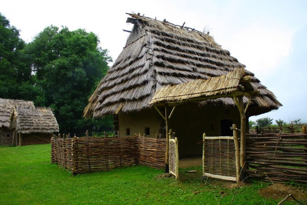 Popis: Středověká usedlost archeologického muzea v přírodě Villa Nova.
