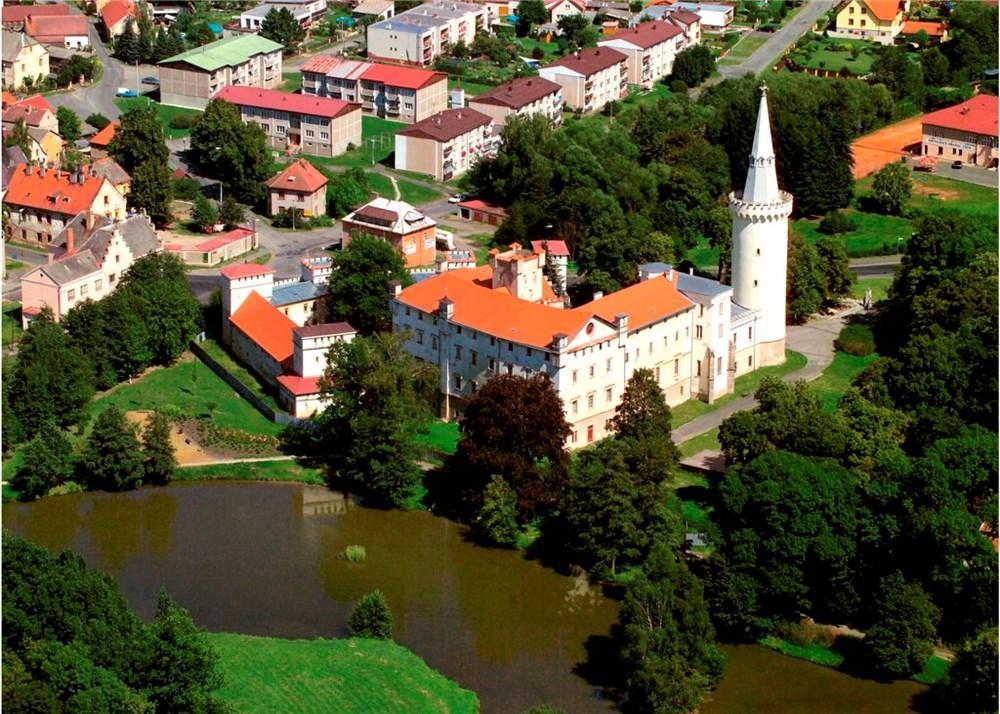 Hrad a zámek Bor.
