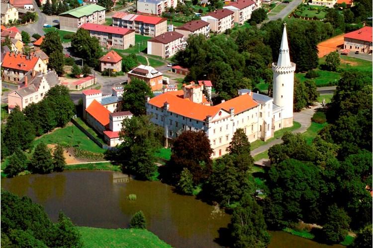 Zámecký areál v Boru je cenným komplexem architektur. Od roku 2003 je vyhledávaným turistickým cílem