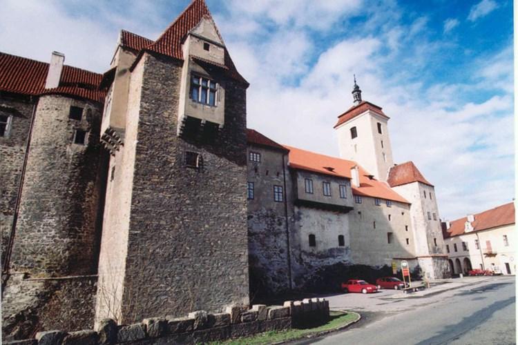 Hrad Strakonice v sobě kombinuje několik architektonických stylů