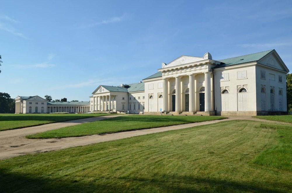 Popis: Kačina, vpravo pavilón zámecké kaple a divadla.