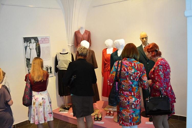 Výstava ukazuje, jak se vyvíjela móda v průběhu 20. století