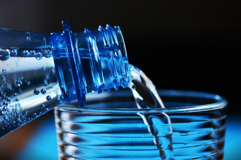 Test balených vod: Obsahují málo minerálů, problémem bývají bakterie a dusičnany
