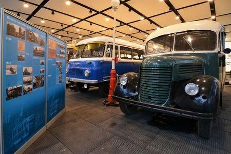 Technické muzeum ukazuje unikátní výstavu kol i auta luxusních značek Rolls-Royce či Cadillac