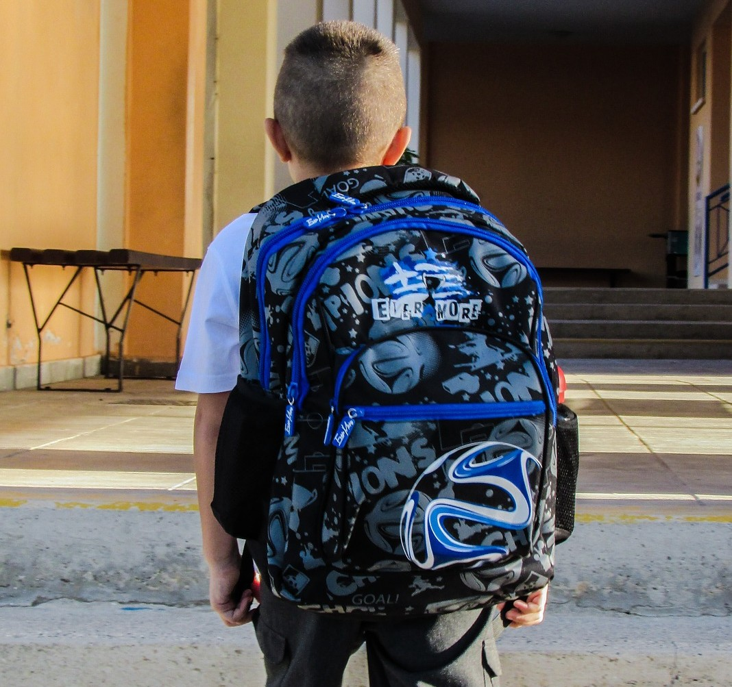 Jak se vyhnout dětské skolióze? Pomůže správná aktovka i míč místo židle
