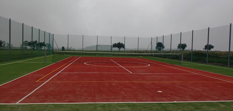V Květné otevřeli nové sportoviště s tenisovými kurty. Hřiště je vybavené i brankami